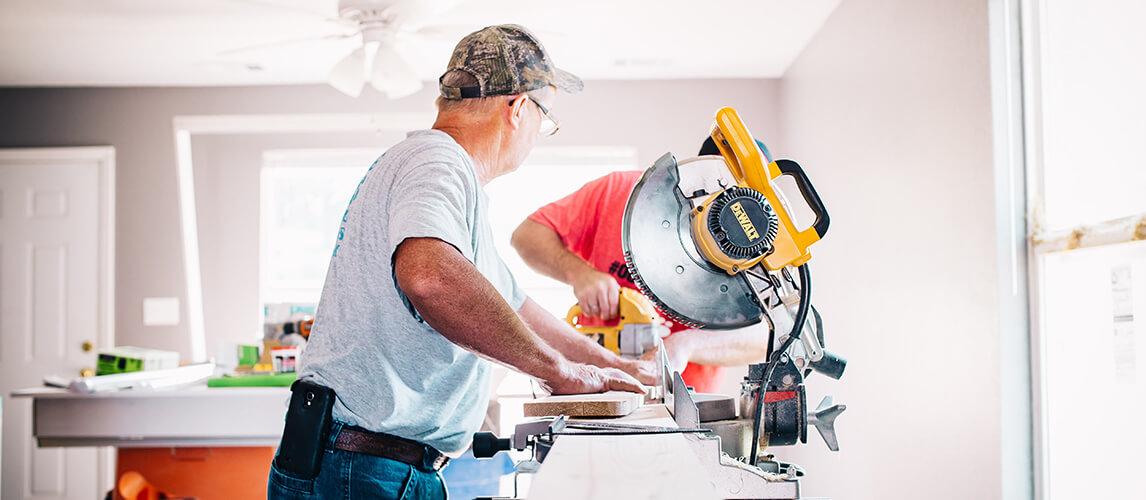 Handwerker mit Kreissaege