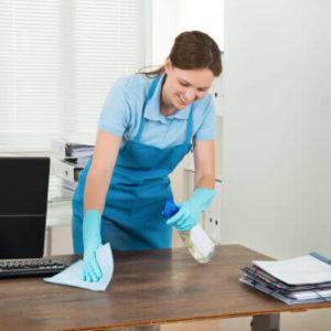 Raumpflegerin bei der Reinigung von Büro