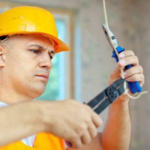 Elektriker bei der Installation von Kabel