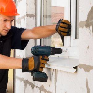 Fenstermonteur beim EInbau von Fenstern