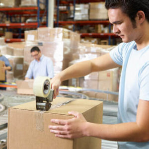 Kommissionierer bei der Verpackung von Waren in Kartons