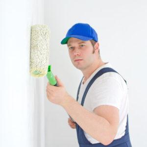 Maler beim Streichen einer Wand