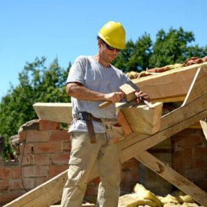 Zimmermann bei der Reparatur eines Dachstuhls